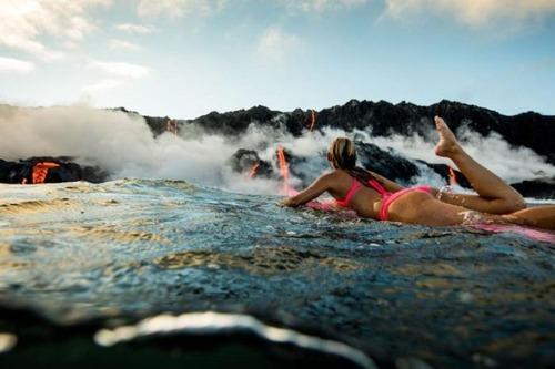 溶岩が流れ込む海岸でサーフィンの画像(6枚目)