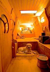 【画像】ワゴン車を木造のキャンピングカーにするカスタムが凄い!の画像(22枚目)