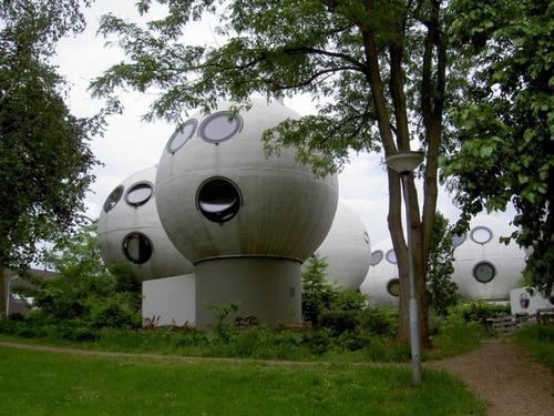 【画像】丸っこい家が乱立している未来的だけどカオスな町並み!!!の画像(2枚目)
