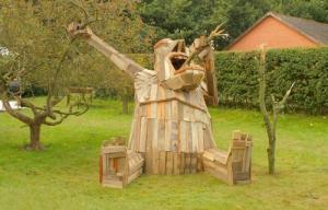 ド迫力!廃棄する材木を使ったアートが凄まじい!!の画像(11枚目)