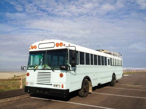 【画像】古いスクールバスを巨大で豪華なキャンピングカーに改装してしまう!!の画像(14枚目)