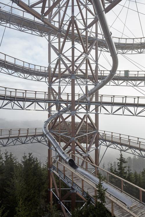 【画像】チェコ共和国にある超巨大で超怖過ぎる滑り台!!の画像(2枚目)