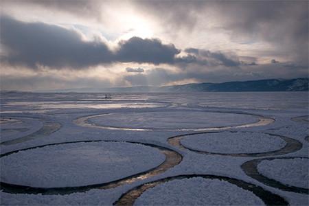 凍った池に無数のワッカを作る人の画像(13枚目)