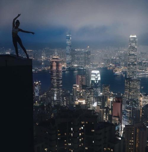高いところで自撮りする女の子の画像(9枚目)