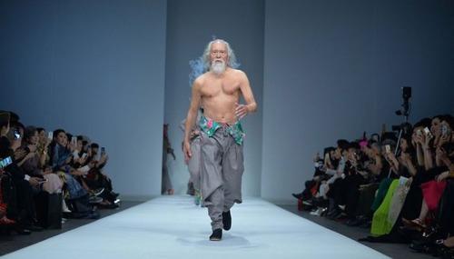 80歳のファッションモデルの画像(1枚目)
