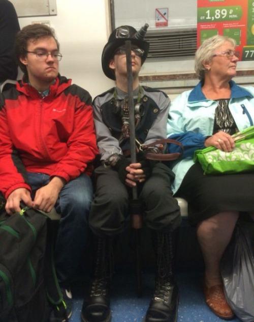 電車や駅で見かけた変った人達の画像(15枚目)