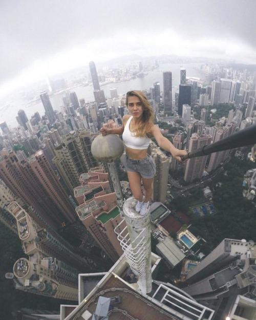 高いところで自撮りする女の子の画像(7枚目)