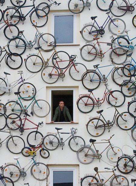 自転車を無数に壁に貼り付けた家の画像(6枚目)