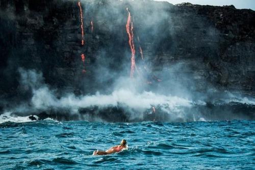 溶岩が流れ込む海岸でサーフィンの画像(17枚目)