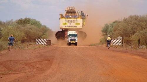 6台の巨大なトラックで超巨大なショベルカーを運ぶ風景が凄いwwの画像(1枚目)