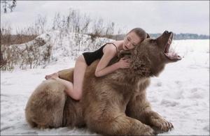 恐ロシア!300kgのヒグマとロシア美人のアート写真が凄い!!の画像(6枚目)