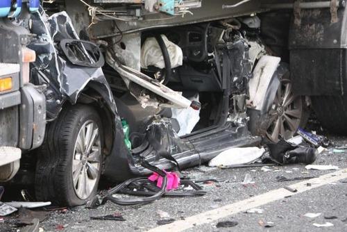 トラックにはさまれた自動車の画像(4枚目)