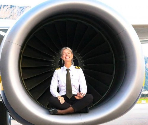 美人金髪のパイロットのお姉さんの画像(3枚目)