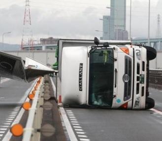トラック横転