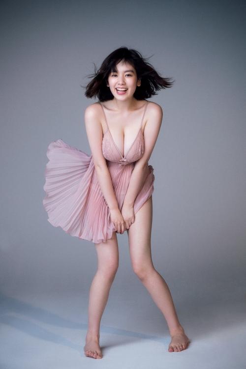 モデルの筧美和子さん、爆乳ランジェリー写真