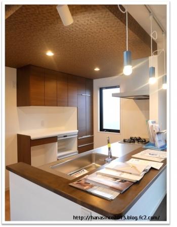 下がり天井のキッチンとアクセント壁紙