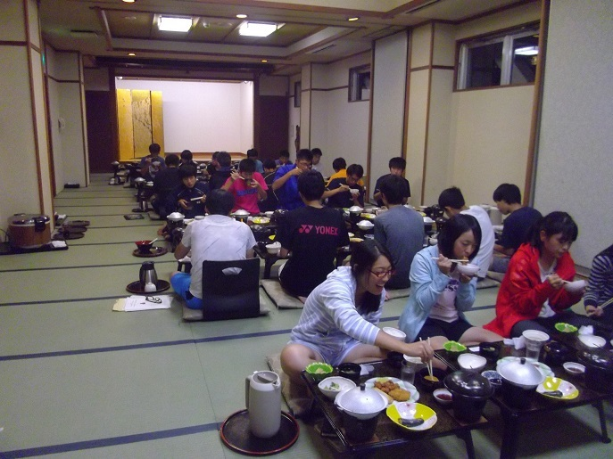 学生夕食風景
