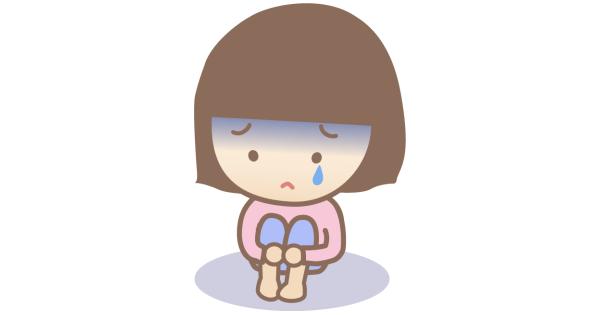膝を抱えて泣いている女の子