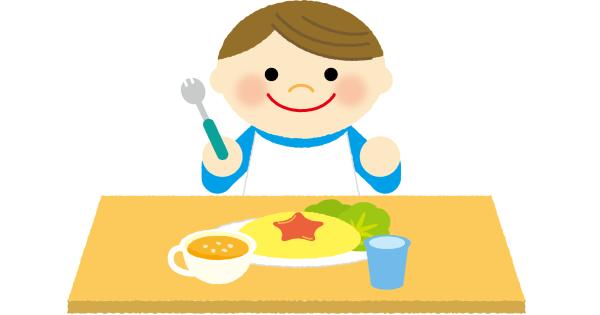 ご機嫌でご飯を食べている男の子