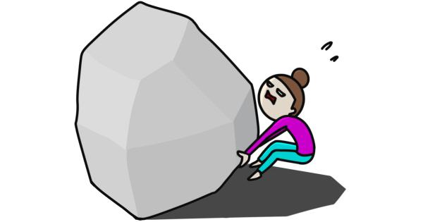 大きな岩を持ち上げようとする女性