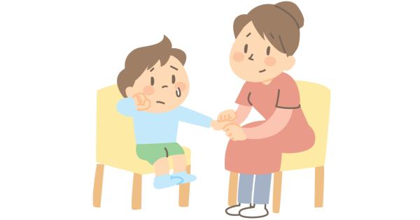 泣いている子どもに寄り添い、話を聞いているお母さん