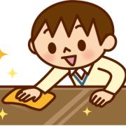 進んでテーブル拭きのお手伝いをしている男の子