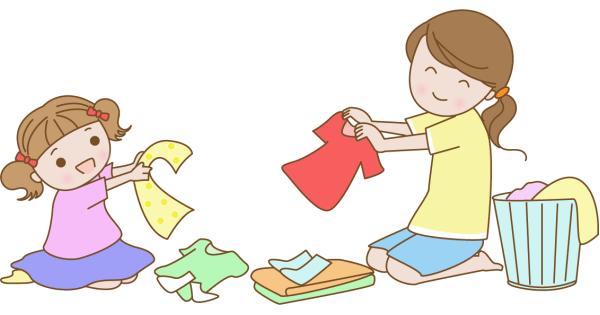お母さんと洗濯物をたたんでいる女の子