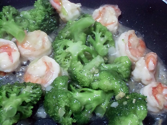 香味野菜とスープで炒める