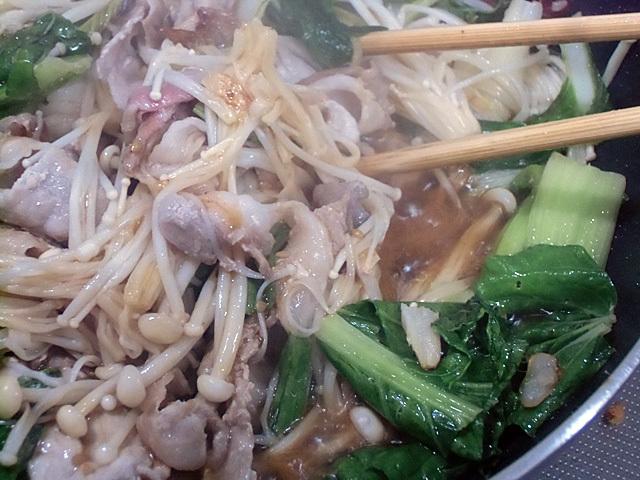 エノキと青菜を加えて炒める