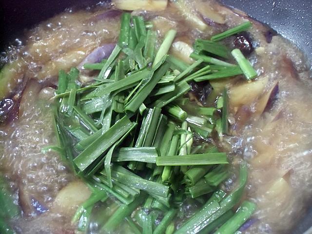 スープで煮ながらニラを投入