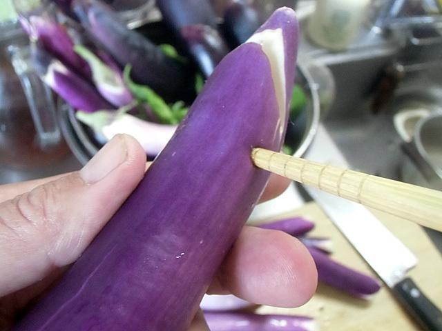 菜箸で穴を開ける