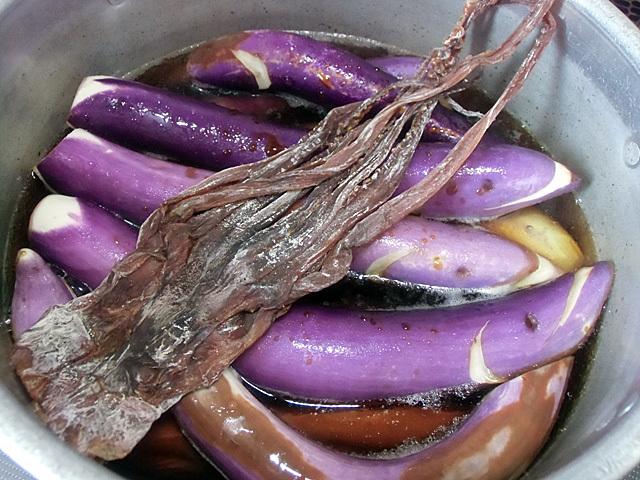 油で炒めてイカと煮る