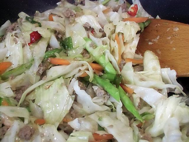 固めの野菜を炒める