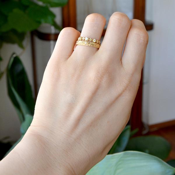 K18YG製イエローゴールド3ストーンダイアモンドリング指輪彫金手彫り模様彫り