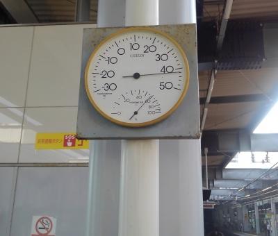 おそらく狂っていない42℃を示す温度計(阪神西宮駅にて)