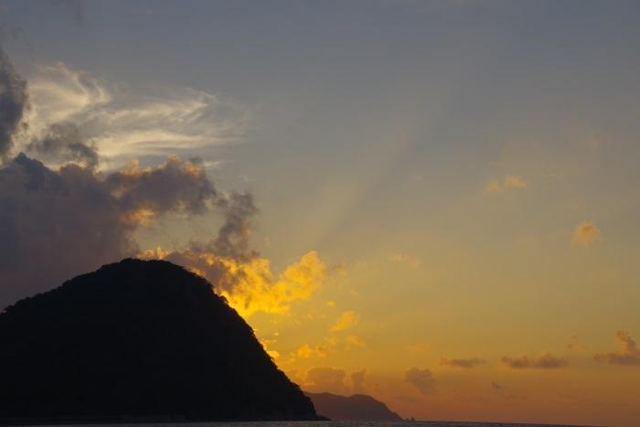 光放つ指月山