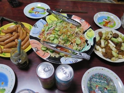 ボイルドソーセージ、マメな親父とネギ炒め、サラダ、チューハイ