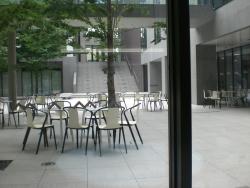 武蔵野音大 屋外の学生食堂