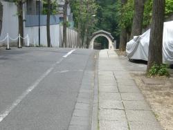 三光坂から聖心女学院正門を見る