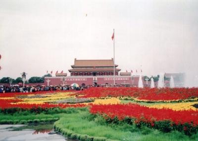 北京の「顔」、天安門。国慶節で美しく飾り付けられた天安門広場より