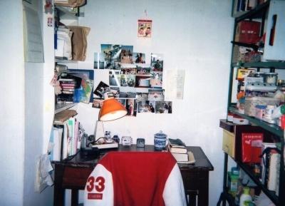 勺園の部屋  生活用品のほぼ全てがこの範囲に置いてある。壁には部屋を訪れた人(含 外国人)との話題作りの為に色んな写真を貼ってみた。 1992年 北京