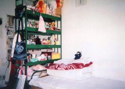勺園の部屋  自分では極力おさえた道具類。でも雑多・・・。その後このスペースに冷蔵庫、TV。ビデオデッキ、掃除機・・・と加わって行くのです。 1992年 北京