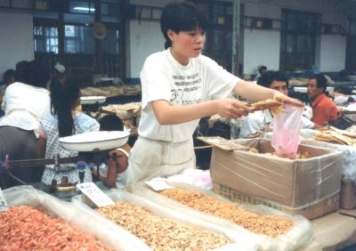 北戴河の干物市場 いかにも薄そうなビニール袋。 1993年 北戴河