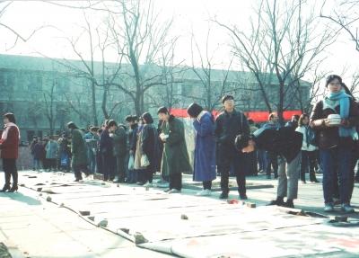 北京大学構内で開かれた絵画展。昼休みなので鑑賞しつつ立ったまま昼食を摂っている人。見えます? 1993年 北京