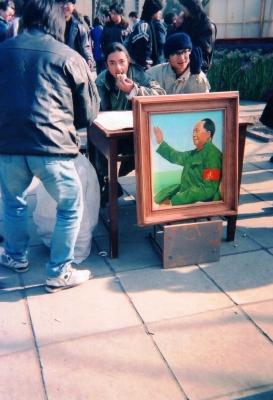 昼食の包子をほおばりながら。北京大学構内の絵画展にて。 1993年 北京