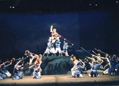 ミュージカル『チンギス・ハーン』より。日、中の俳優合作らしく、京劇の所作も盛り込んで、イキもピッタリ。 1992年 北京