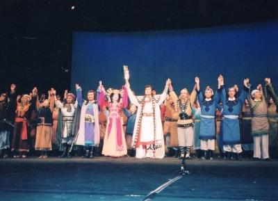 ミュージカル『チンギス・ハーン』のフィナーレ。主演のお二人の手には花束が。因みにチンギス・ハーン役は松平健さん(中央)。その母親役は菅井きんさん(左三)。 1992年 北京