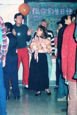 北京大学の寮内では時折パーティーを開いている。この時は誕生パーティー(生日快楽)とある。音楽と踊りで熱気ムンムン。 1992年 北京