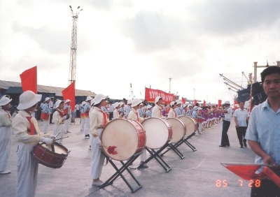 これが私の海外(中国)における初ショット★ 寄港した天津の港に勢揃いした子供達の歓迎隊(?)