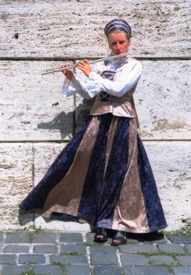 観光地でフルートを吹く女性 ハンガリー エステルゴム 1998年